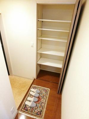 シューズボックス付きで玄関すっきり片付きます!棚板を自由に動かせるのでブーツの収納もOK☆