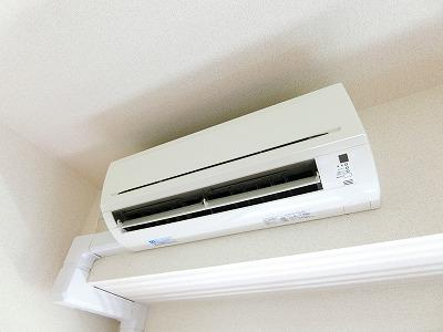 ダイニングキッチンには暑い夏や寒い冬に大活躍のエアコン付きです☆冷暖房完備で1年中快適に過ごせます♪