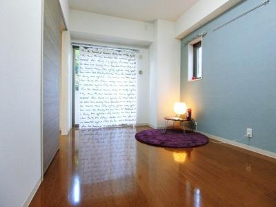 バルコニーに繋がる南西向き角部屋二面採光洋室7.5帖のお部屋です!子供部屋や書斎・寝室など多用途に使えそうなお部屋です♪