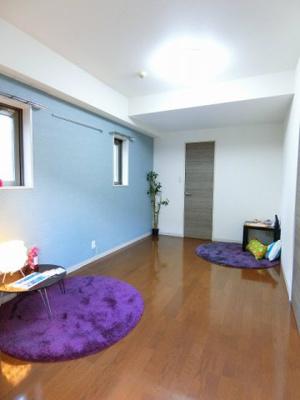 ウォークインクローゼットのある南西向き洋室7.5帖のお部屋です!お洋服の多い方もお部屋が片付いて快適に過ごせますね♪壁紙はお洒落なライトブルーのアクセントクロスです♪