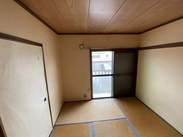 バルコニーに繋がる南向き和室6帖(西側)のスペースです☆