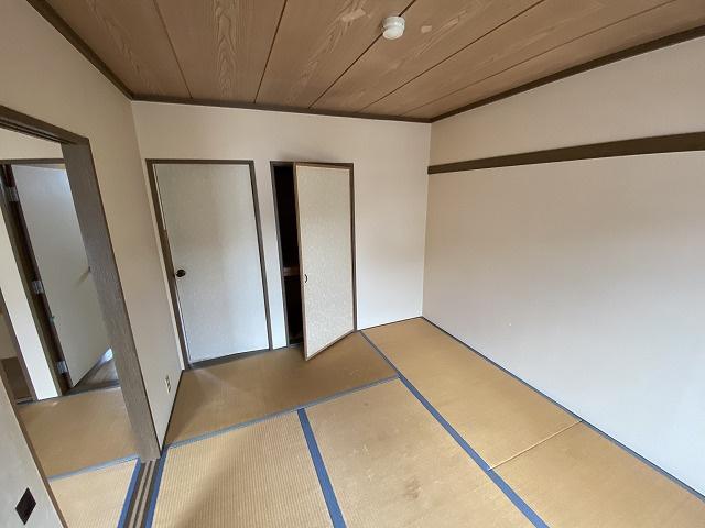 南向き和室6帖(東側)、窓側からの眺めです!収納スペースがあります☆