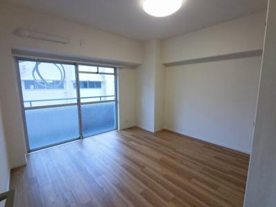 6.5帖の洋室は主寝室にいかがでしょうか。 窓が大きく開放感◎