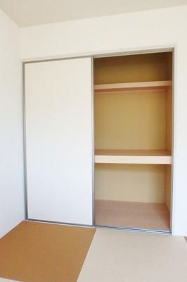 和室6.4帖のお部屋にある押入れです!押入れは寝具など、かさ張りやすいものの収納にぴったり☆お部屋すっきり片付きます♪