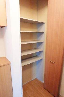 玄関にある収納スペースです!シューズボックスに入りきらないブーツなど収納するのにも便利ですね☆
