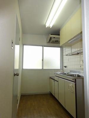窓があるので明るいキッチンです