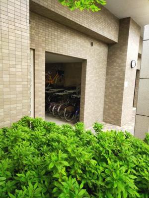駐輪場は屋内で大切な自転車を風雨から守ります。