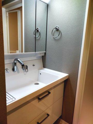 たっぷりの収納が便利な洗面台。朝の身支度がはかどります。