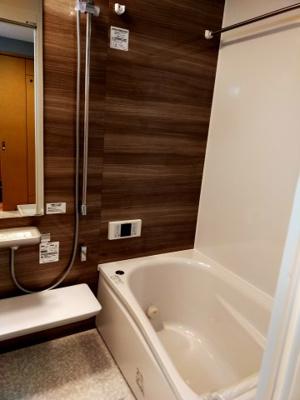 リフォーム済みのお風呂はピカピカで気持ち良いですね。毎日のバスタイムが癒しになります。