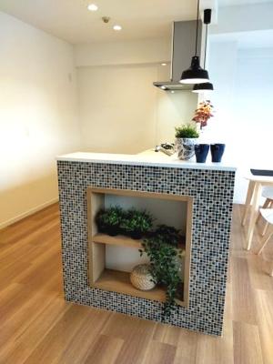 キッチンカウンター横の棚がおしゃれでかわいいですね。家具付きになりますので、ご覧の雰囲気のまま入居できます。