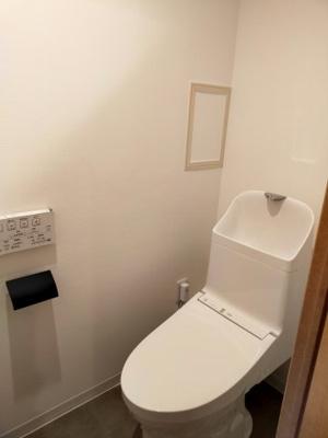 新品の温水洗浄便座ですので、気持ち良くお使いいただけます。白いクロスが清潔感のあるトイレ空間を演出していますね♪
