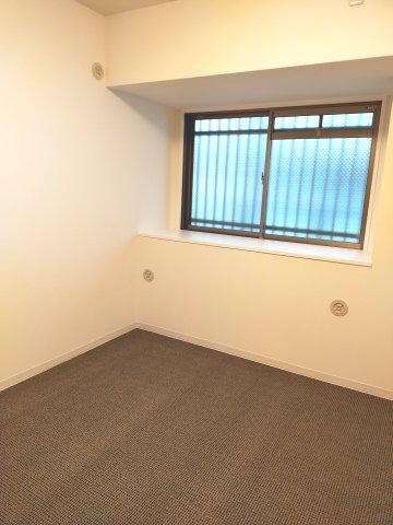 廊下側の窓には格子もついてセキュリティ面も安心です。