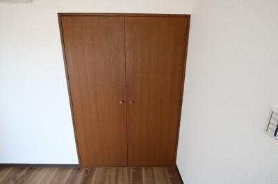 コーポ吉村 洋室にたっぷり入る物入があります