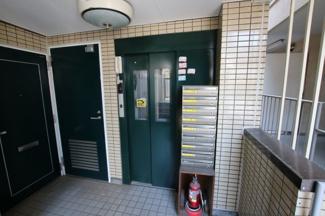 コーポ吉村 エレベータは2階から乗れるようになっています
