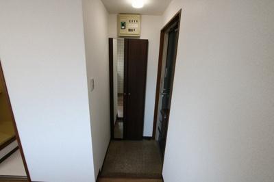 コーポ吉村 玄関には靴がたっぷり入るシューズボックスがあります
