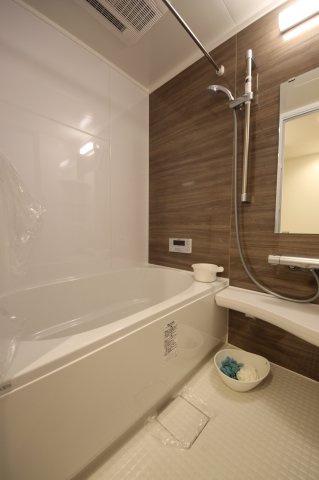 浴室換気乾燥暖房機能付きの浴室は、雨の日でも乾燥機能で洗濯物をカラっと乾かせます◎
