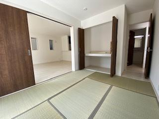 和室がリビング横に。小さいお子様の遊び場に将来は夫婦の寝室にいかがですか。