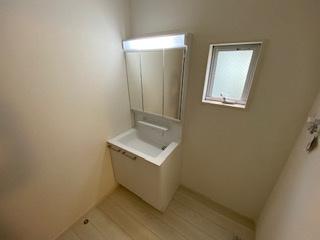 三面鏡で女性のお化粧もしやすいですね。床も水に強い素材を使用しているのでぬれても安心です。