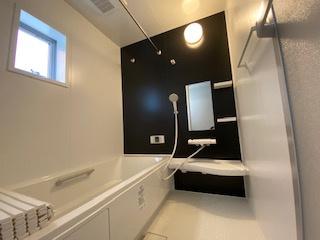 暖房乾燥機の浴室で雨の日の洗濯も安心。床は乾きやすく冷やっとしないですよ。