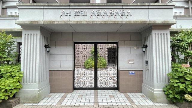 バルコニーに面した明るいお部屋。たっぷりのクローゼットを備えており、書斎やファミリールームとしても利用できます