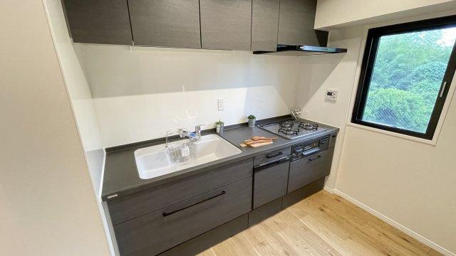 新品キッチンは引き出し式収納で大きなお鍋や調味料も楽々取り出せます!吊戸棚もあり、調理器具も整頓しやすいです。広さも充分あり調理スペースも確保されています◎