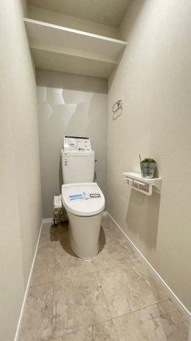 冬は便座も温水も温かく快適なシャワー付トイレ。 上部には収納を設置◎