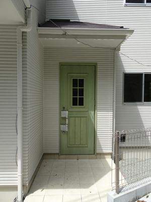 外国の家のような綺麗な緑色の玄関はワクワクしませんか♪