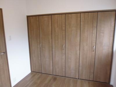 プライベートルームには、壁一面の収納があります。