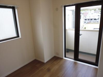 5.0帖の洋室には、専用バルコニーがあります。