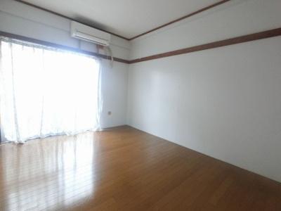 梁や柱がなくすっきり広々した居室。
