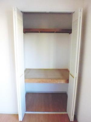 洋室6帖のお部屋にある収納スペースです!お洋服や荷物などが収納できて便利です☆お部屋がすっきり片付いて快適に!