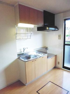 ガスコンロ設置可能のキッチンです☆ご窓があるので換気もOK♪場所を取るお鍋やお皿もたっぷり収納できてお料理がはかどります!床下収納は食品・日用品の保存に便利ですよね☆