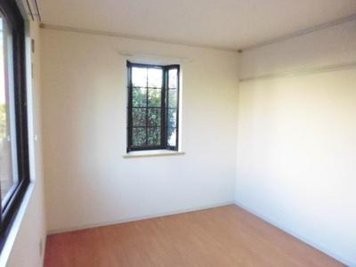 玄関から入って左側にある、洋室6帖のお部屋です♪出窓には小物を置いたりして楽しめます☆子供部屋や書斎・寝室など多用途に使えそうなお部屋です♪