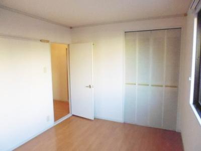 収納スペースのある洋室6帖のお部屋です!荷物を収納できてお部屋がすっきり片付きます☆壁にはピクチャーレールがあり、絵や写真が飾れます☆ハンガー掛けとしても便利!
