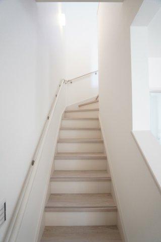 手すり付きの階段で上り下り安心してできますよ。