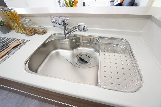 広々シンクで大きいお鍋などらくらく洗えますよ♪