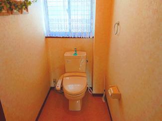 落ち着いた色調のトイレになります