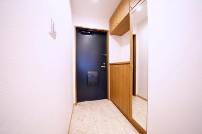 下駄箱付きの玄関です。姿見が付いていますので、お出かけ前に身だしなみのチェックができます。