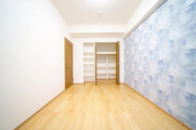 北西側約6.5帖の洋室です。
