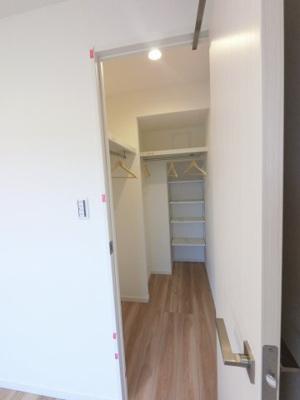1.5帖のマルチWICです。 たっぷり収納できお部屋を広くお使いできます。