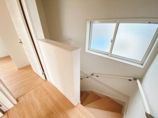 リビング階段採用です。3階から2階に降りていくと自然と家族が顔を合わせる機会が多くなり、開放的で広く感じられます