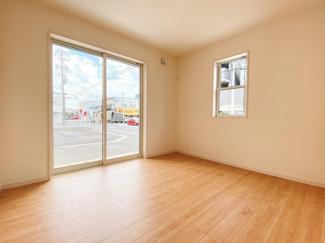 1階の8帖の納戸は居室活用が出来る居室です。3LDK同等です。2面採光で明るく過ごしやすい空間になっています。