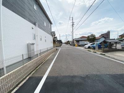 公道北側8mに接道しています。車通りも少なく緑豊かな住環境♪
