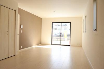 【同社施工事例写真】2階にあるインテリアの映える15.5帖LDK!使い勝手を考え心地よい開放感!陽光ふりそそぐ明るい室内は、光と風を呼び込む南向きです