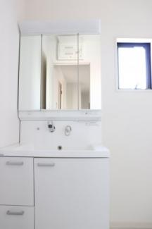 【同社施工事例写真】身だしなみを整える洗面所は、いつも清潔にしておきたい場所!換気、明かり採りの窓も完備!明るいです!