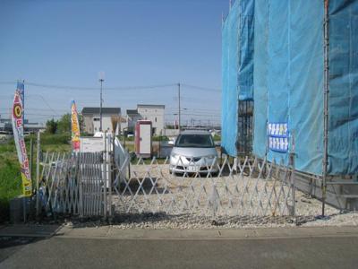 駐車場があるので、車を買う予定の方も安心です最低4台は駐車場に車を止められます