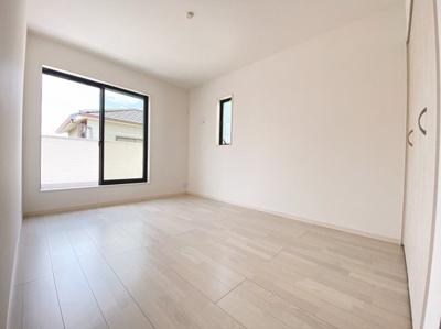 主寝室9帖確保!バルコニーに面した明るい洋室に大切な衣類を収納できる大型クローゼット付!2面採光の為、全居室とても明るく風通りも良好です