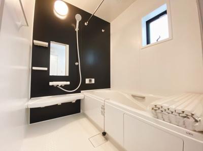 1坪の広々バスルーム♪浴室乾燥付で雨の日でも楽々お洗濯♪ゆったりと一日の疲れを癒す快適空間に♪