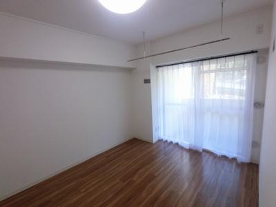 6.0帖の洋室は主寝室にいかがでしょうか。 南東向きのバルコニーに面しており日当たり◎