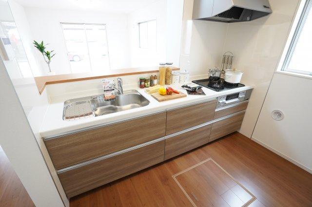 キッチン下のスライド収納でお鍋やフライパンもすっきり片付けられます。